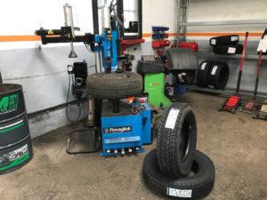 Service remplacement pneumatiques toutes dimensions et toutes marques sur les véhicules particuliers et utilitaires en vous garantissant un meilleur tarif.  Bien entendu nous procédons à un équilibrage de vos pneus.  N'hésitez pas à nous contacter pour un devis gratuit